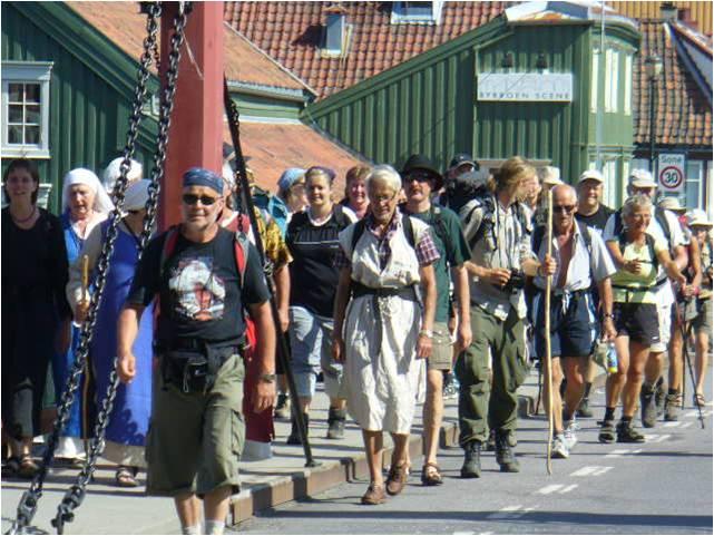 Pilgrimer på väg in i Trondheim över Bybrua